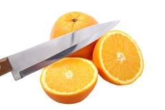 Cuchillo y naranja cortados a medias Imagen de archivo