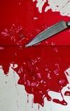 Cuchillo y sangre en suelo de baldosas fotografía de archivo libre de regalías