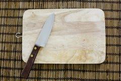 Cuchillo y tabla de cortar usados en cocina japonesa, en la vida real Fotos de archivo libres de regalías