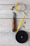 Cuchillo y tachuelas de la alfombra de la cinta métrica Imagen de archivo