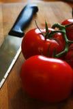 Cuchillo y tomate Foto de archivo libre de regalías