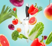 Cuchillo y verduras frescas, forma de vida sana imagen de archivo