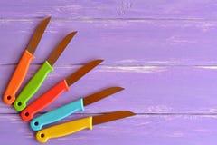 Cuchillos con las manijas de la cuchilla y del plástico del metal Imágenes de archivo libres de regalías