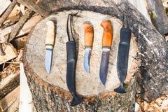 Cuchillos de caza en tocón de madera Fotos de archivo libres de regalías