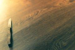 Cuchillos de cocina sentados en un fondo de madera Foto de archivo