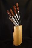 Cuchillos de cocina y su bloque de madera Fotos de archivo libres de regalías