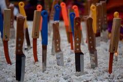 Cuchillos dispuestos en fila Imagen de archivo