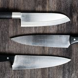 Cuchillos en el tablero de madera imagen de archivo