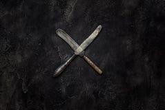 Cuchillos viejos del granero X en la visión superior concreta Foto de archivo