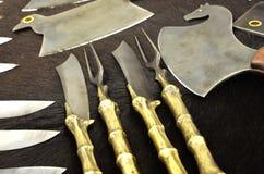 Cuchillos y hachas hermosos en piel de un oso Imagen de archivo libre de regalías