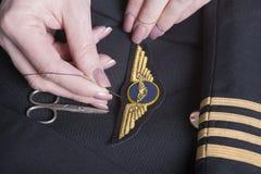Cucia le ali pilota sull'uniforme Fotografie Stock Libere da Diritti