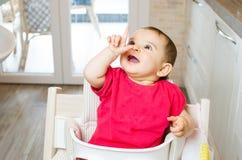 Cucina alta di sorriso del dito del punto del neonato Fotografia Stock Libera da Diritti