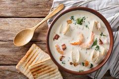 Cucina americana: Primo piano della minestra della zuppa di molluschi e latte della Nuova Inghilterra orizzonte Immagine Stock