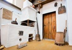 Cucina antica nella casa dell'agricoltore storico Immagini Stock