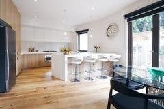 Cucina aperta moderna di piano con il banco dell'isola immagini stock libere da diritti