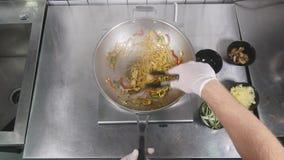 Cucina asiatica del ristorante, cuoco unico che cucina alimento, giovane come funzionamento professionale del cuoco Immagini Stock Libere da Diritti