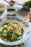 Cucina asiatica, insalata del cetriolo in bastoncini cinesi Fotografia Stock