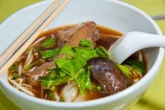 Cucina asiatica, tagliatelle di riso con il piedino dell'anatra Fotografie Stock Libere da Diritti