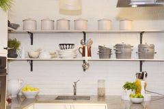 Cucina bianca con i frutti variopinti sul contatore del granito Fotografia Stock Libera da Diritti