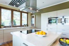 Cucina bianca con l'idea dell'isola Immagine Stock Libera da Diritti