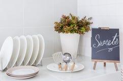 Cucina bianca con l'utensile immagine stock libera da diritti
