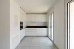 Cucina bianca con le finestre in appartamento moderno fotografie stock libere da diritti