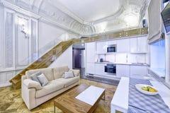 Cucina bianca di progettazione moderna in un appartamento spazioso Fotografia Stock Libera da Diritti