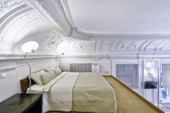 Cucina bianca di progettazione moderna in un appartamento spazioso Immagine Stock Libera da Diritti