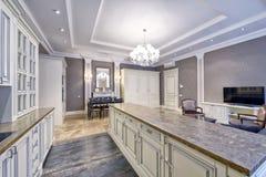 Cucina bianca di progettazione moderna in un appartamento spazioso Fotografie Stock Libere da Diritti