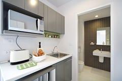 Cucina bianca domestica moderna Fotografie Stock Libere da Diritti