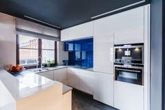 Cucina bianca e blu fotografia stock libera da diritti