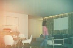 Cucina bianca e di legno, angolo del salone, ragazza Immagini Stock