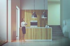Cucina bianca e di legno del sottotetto tonificata immagine stock libera da diritti