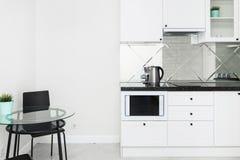 Cucina bianca moderna nell'interno luminoso dell'appartamento immagine stock