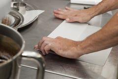 Cucina che handcrafting per produrre i dessert fotografie stock