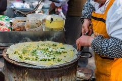 Cucina cinese dell'alimento della via della donna a Schang-Hai Fotografia Stock