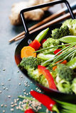 Cucina cinese Wok che cucina le verdure Immagini Stock