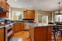 Cucina classica con il frigorifero dell'acciaio inossidabile e dell'isola immagini stock libere da diritti