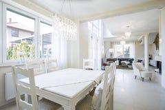 Cucina combinata con vivere in un appartamento immagine stock
