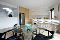 Cucina con area pranzante di piano aperto nella casa australiana moderna fotografia stock