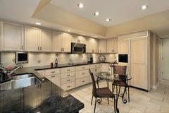 Cucina con cabinetry chiaro della quercia Fotografia Stock Libera da Diritti