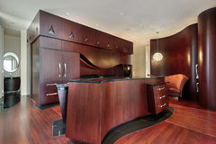 Cucina con cabinetry di legno della ciliegia Immagine Stock