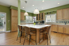 Cucina con cabinetry di legno di quercia Immagine Stock