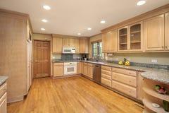 Cucina con cabinetry di legno di quercia fotografia stock libera da diritti