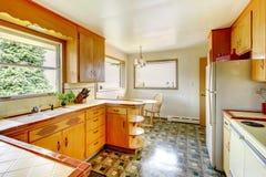 Cucina con i gabinetti di stoccaggio rustici Fotografia Stock Libera da Diritti