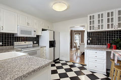 Cucina con il pavimento della scacchiera Fotografia Stock Libera da Diritti