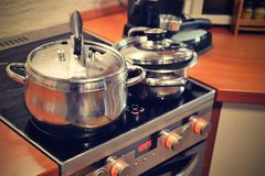 Cucina con la stufa ed i vasi Fotografie Stock Libere da Diritti