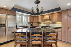 Cucina con le contro parti superiori di marmo Fotografia Stock