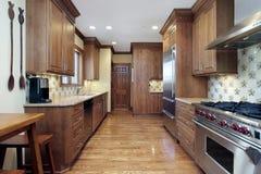 Cucina con mobilia di legno di quercia Fotografie Stock Libere da Diritti