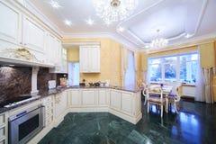 Cucina con mobilia di lusso nello stile classico Fotografia Stock